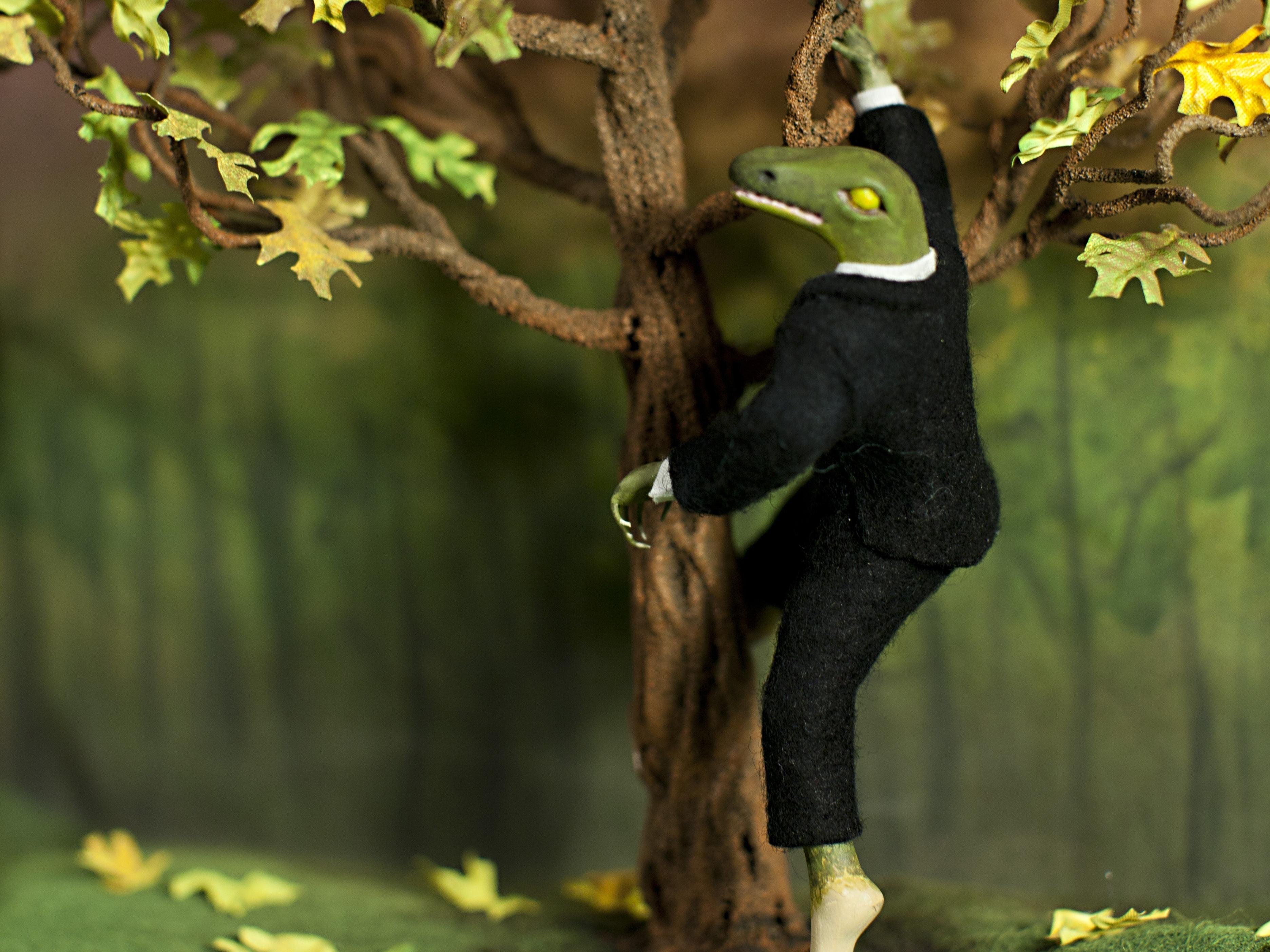 Business Lizard and Brief CaseDiorama